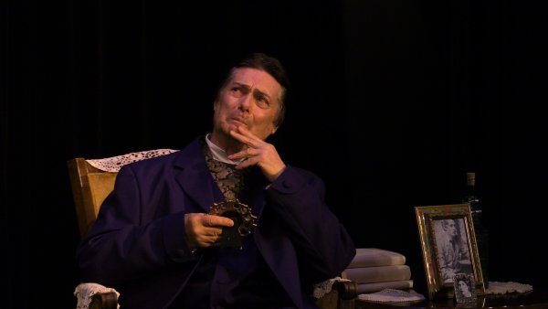 """Craig Dudley as Oscar Wilde in a scene from """"Diversions & Delights"""" (Photo credit: Katie Kearns Rakos)"""