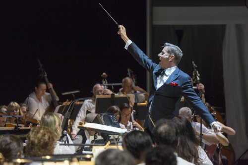 Maestro Steven Reineke and The New York Pops as they appeared at Forest Hills Stadium on August 6, 2015 (Photo credit: Richard Termine)