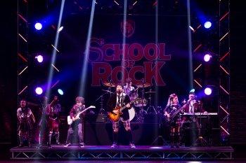 "Alex Brightman and the kids of ""School of Rock"" (Photo credit: Matthew Murphy)"